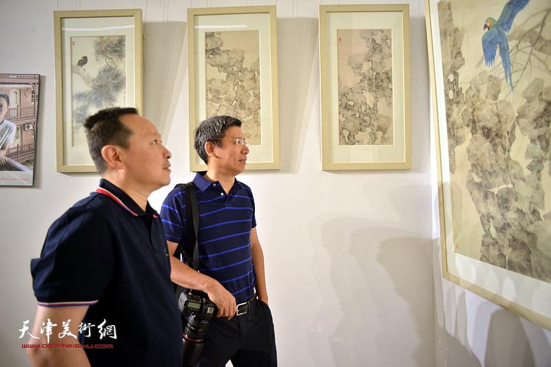 张立涛、杨宏宇在画展现场。