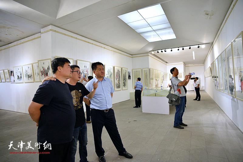 天津市山东高唐商会常务理事邱玉新等在画展现场。