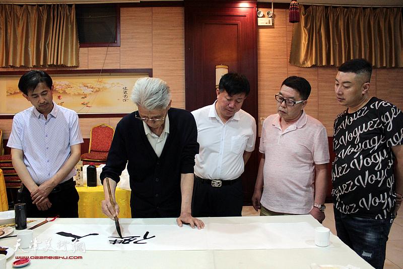 杨德树、张维、杜东刚、邱玉广、穆守平在书画交流现场。