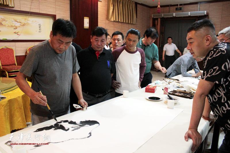 张运河、史振岭、姚铸、杜东刚在书画交流现场。