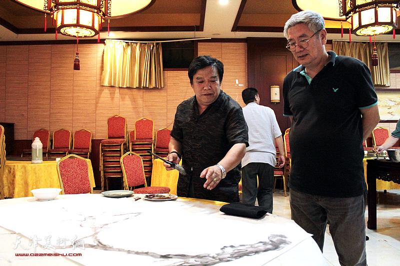李耀春、张佩钢在书画交流现场。