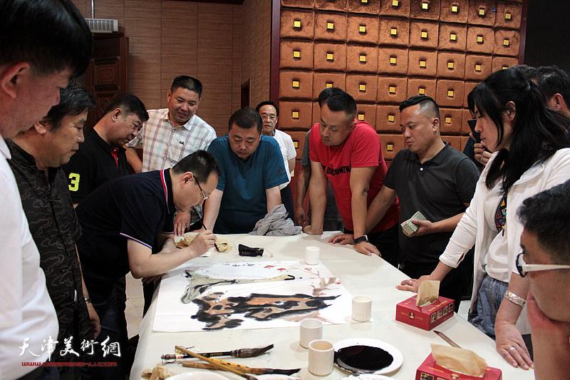 张立涛在书画交流现场。