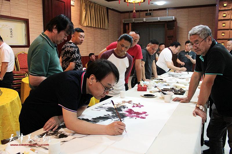 张晓彦、史振岭、张佩钢、姚铸在书画交流现场。