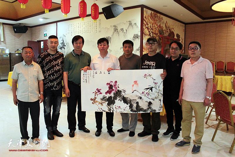 左起:杜东刚、皮志刚、邱玉广、杨德树、姚景卿、陈钢、姚铸、张维在书画交流现场。