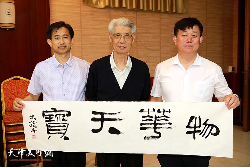 杨德树、邱玉广、穆守平在书画交流现场。