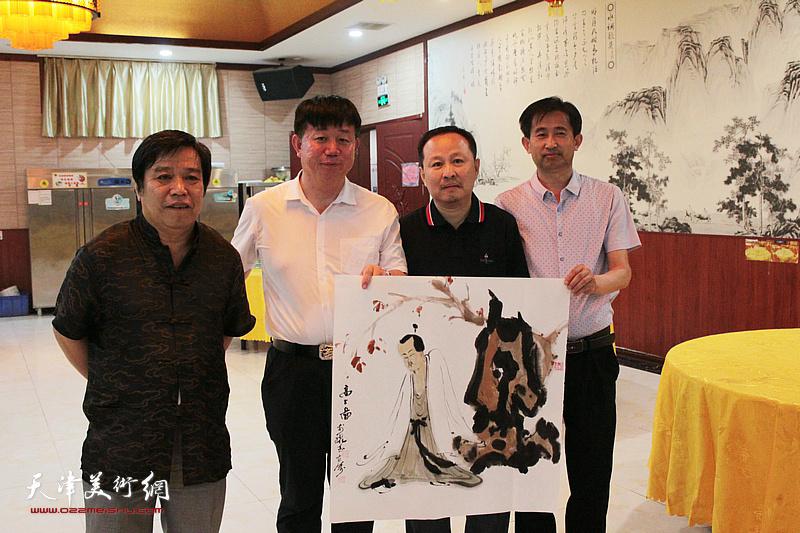 李耀春、张立涛、邱玉广、穆守平在书画交流现场。
