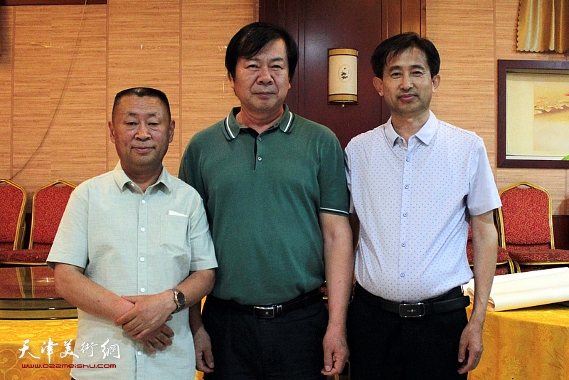 史振岭、邱玉广、颜世亮在书画交流现场。