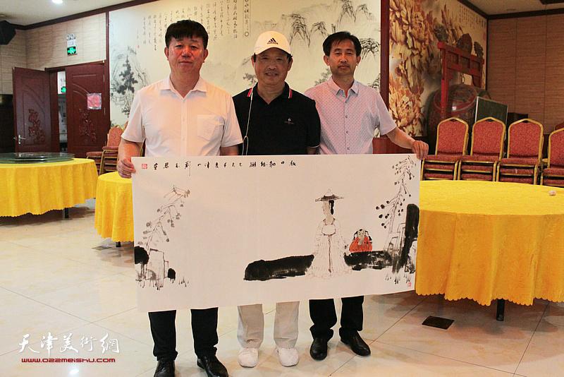 刘志君、邱玉广、穆守平在书画交流现场。