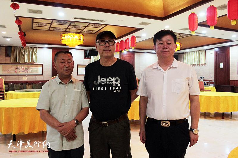 高博、邱玉广、穆守平在书画交流现场。