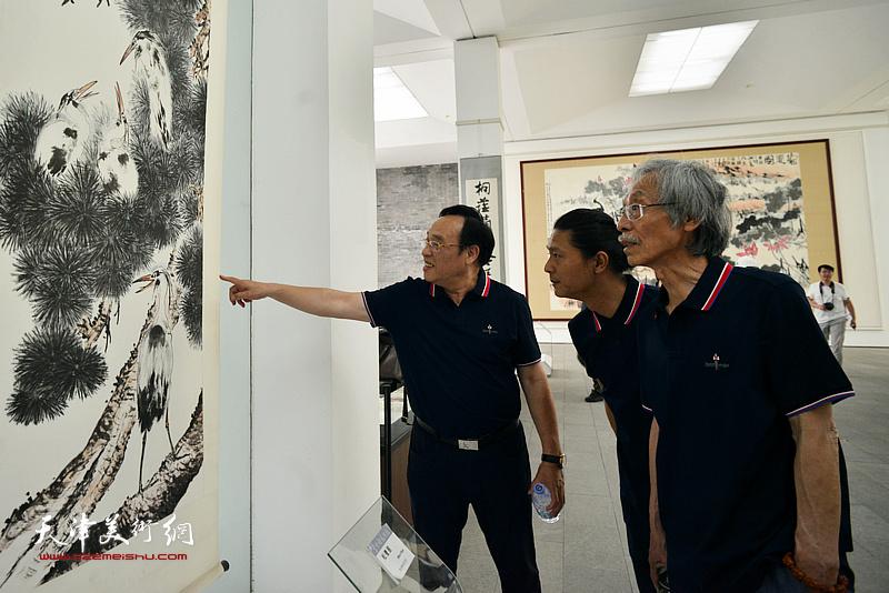 姚景卿、陈钢、姚铸在李苦禅美术馆。