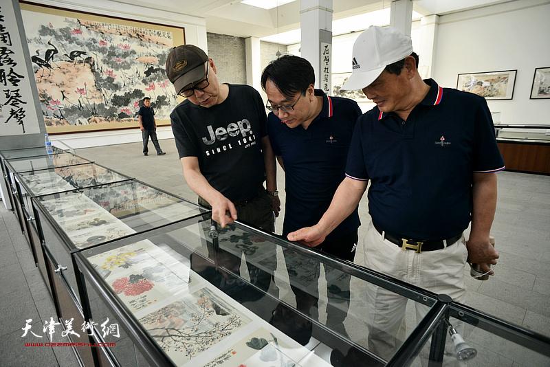 刘志君、高博、张晓彦在李苦禅美术馆。