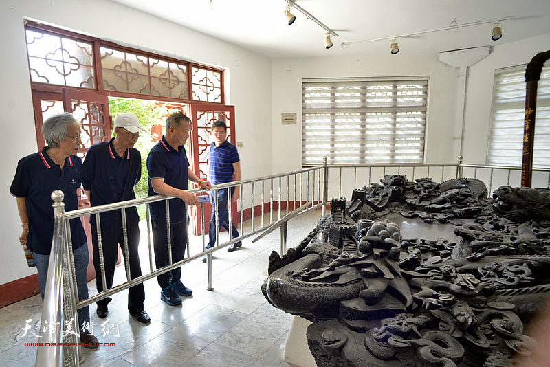 杨德树、姚景卿、皮志刚在孙大石美术馆。