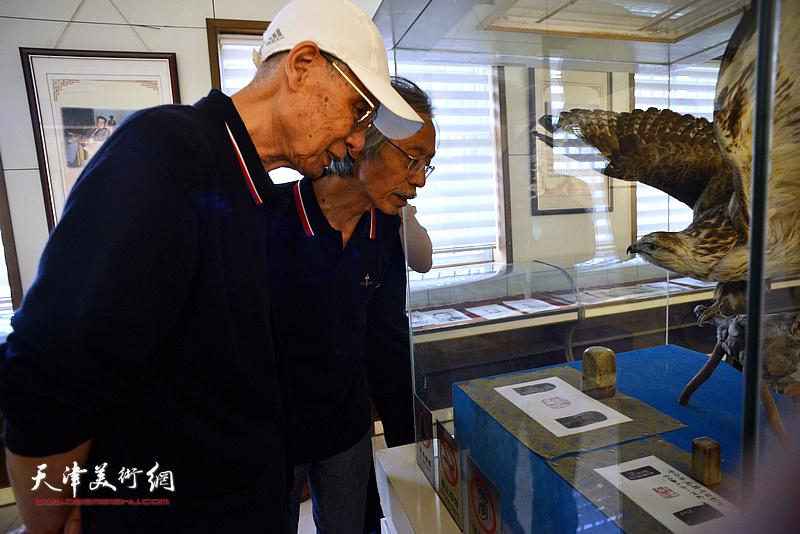 杨德树、姚景卿在孙大石美术馆。