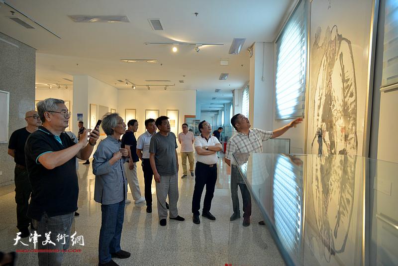 天津书画名家在李奇茂美术馆。