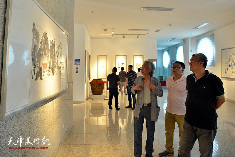 姚景卿、张佩钢、张维在李奇茂美术馆。