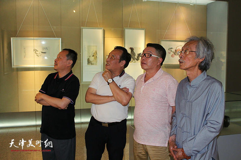 姚景卿、陈钢、张立涛、张维在李奇茂美术馆。