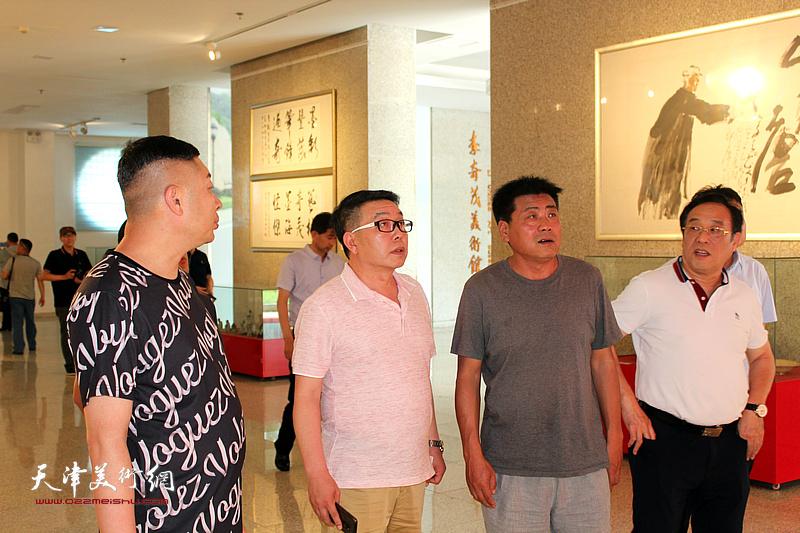 张运河、陈钢、张维、杜东刚在李奇茂美术馆。