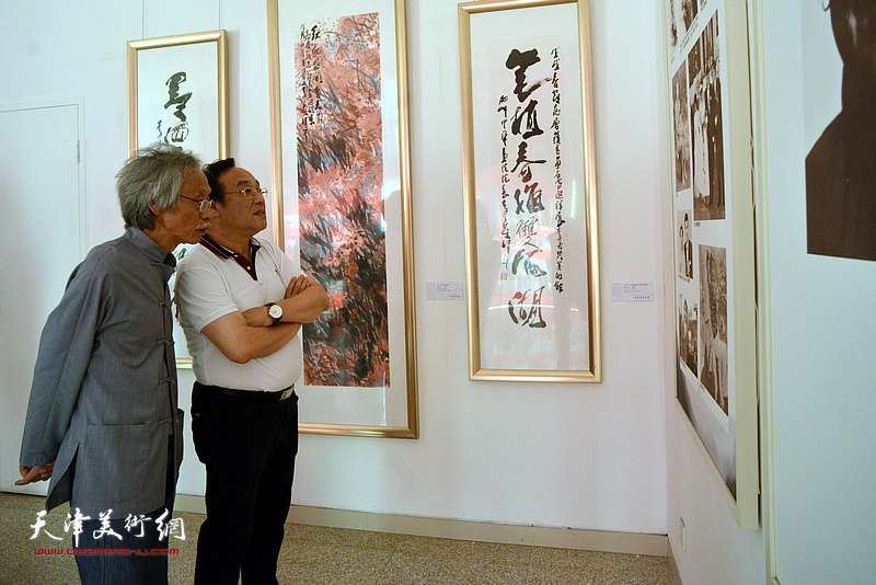 姚景卿、陈钢在李奇茂美术馆。