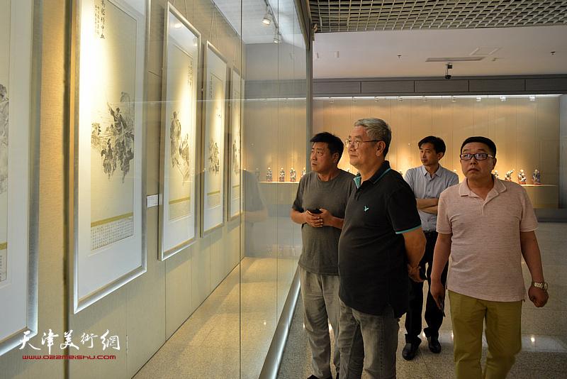 张运河、张佩钢、张维在李奇茂美术馆。