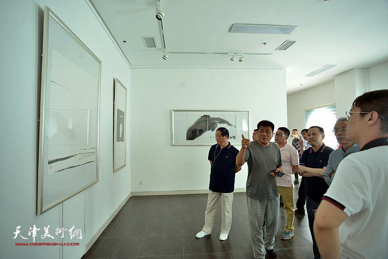 姚景卿、张运河、刘志君、张立涛、张维在李奇茂美术馆。