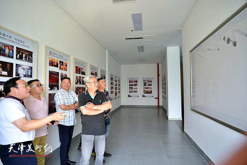 陈钢、张佩钢、张维在李奇茂美术馆。