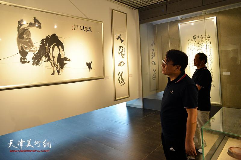 刘志君、张晓彦在李奇茂美术馆。