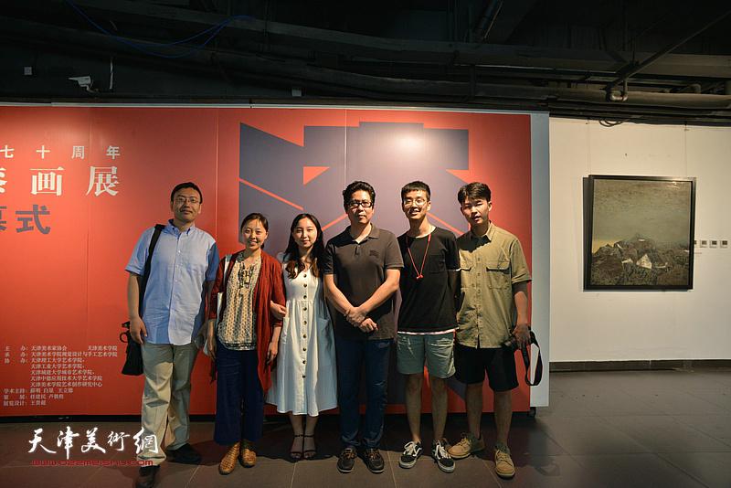 中国美术家协会漆画艺委会副主任兼秘书长汤志义与部分参展作者在画展现场。