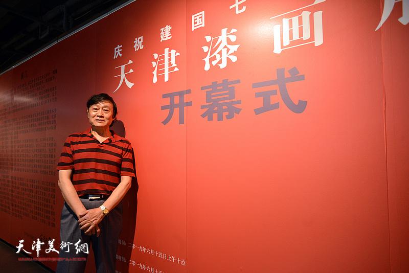 天津美协副主席琚俊雄在画展现场。