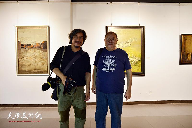 南开大学教授敖堃与参展作者张伟杰在画展现场。