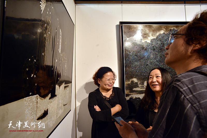 天津工业大学教授白露与参展作者在画展现场交流。