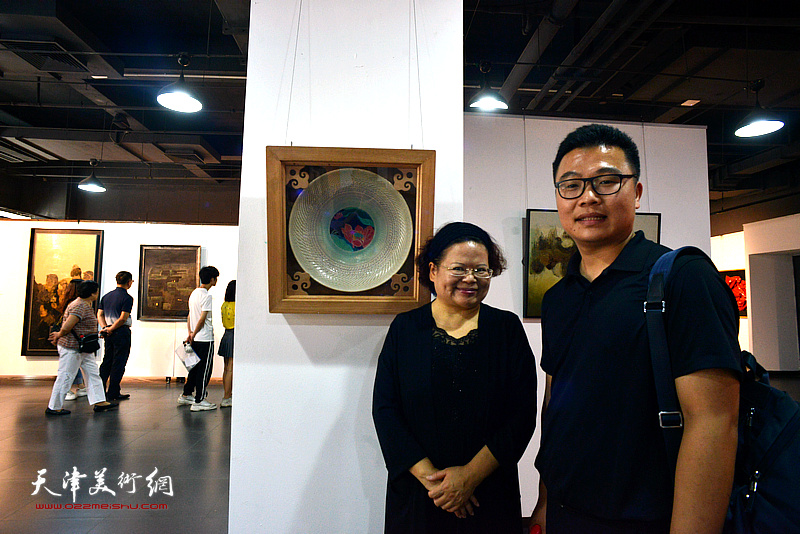 白露教授与参展作者郑勇在《物与神游》作品前。