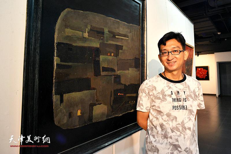 参展作者刘斌在展出的《边城》作品前。