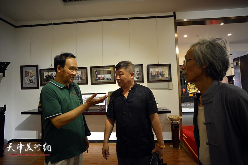 姚景卿、马寒松、皮志刚参观凯华明清家具博物馆。