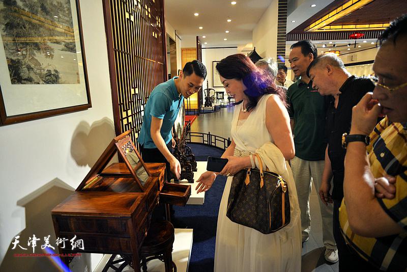 巨龙画院书画家一行参观凯华明清家具博物馆。