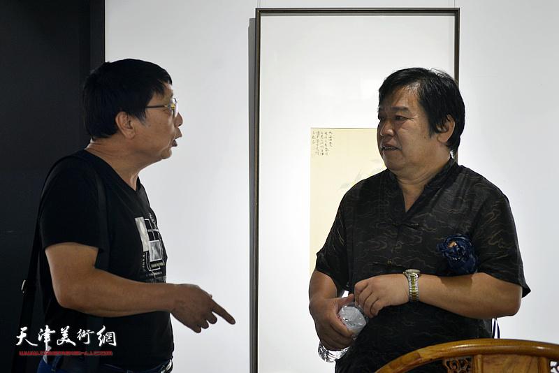 李耀春、王本平在画展现场。