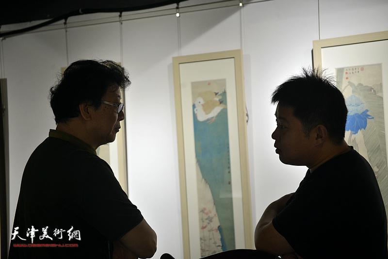 晏平、郭智文在画展现场。
