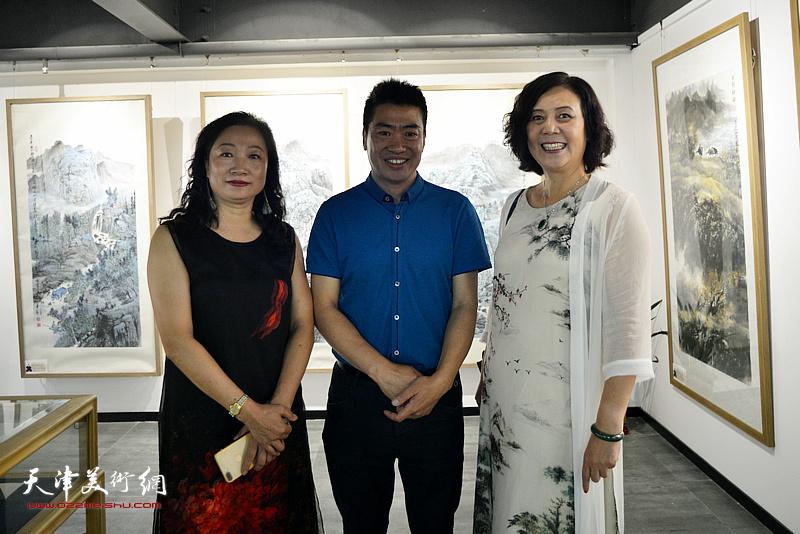 左起:王霭馨、丁占胜、王红在画展现场。