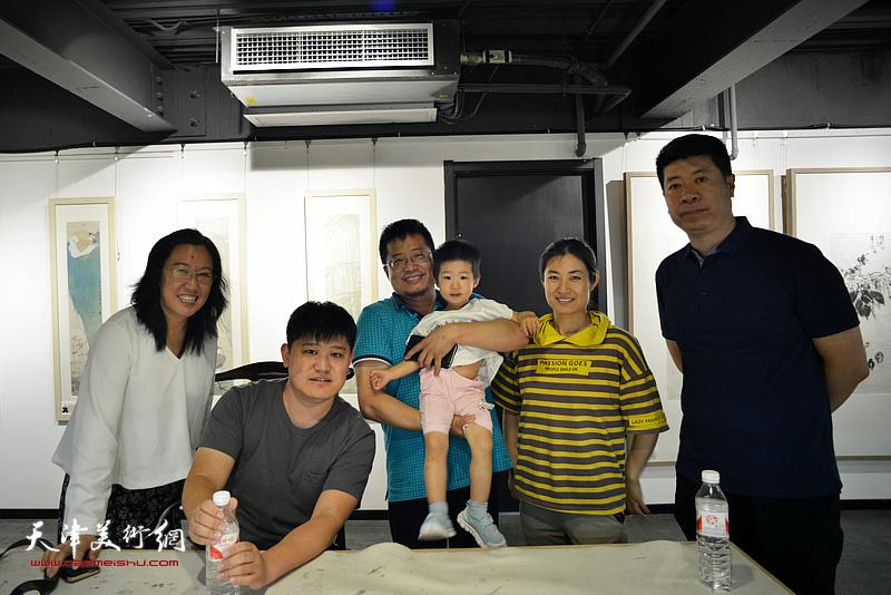 元林与闫勇、白光、王尉在画展现场。
