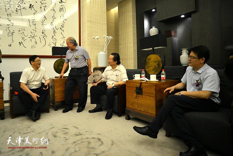 徐里、杨君毅、杨晓阳、王书平在画展现场交谈。