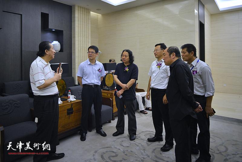 杨君毅、杨晓阳、卢禹舜、贾广健、张桂元、范扬在画展现场交谈。