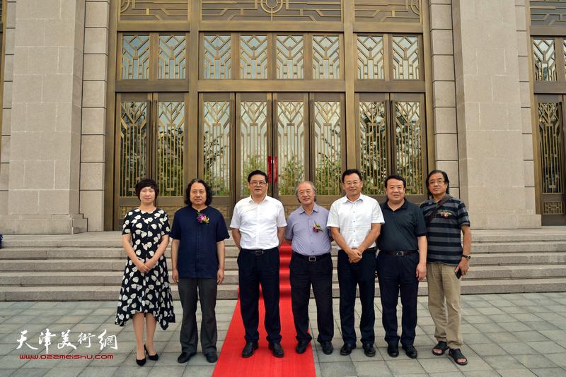 徐里、贾广健、王书平、张桂元、景玉民、王卫平、张春燕在中国政协文史馆展厅前。