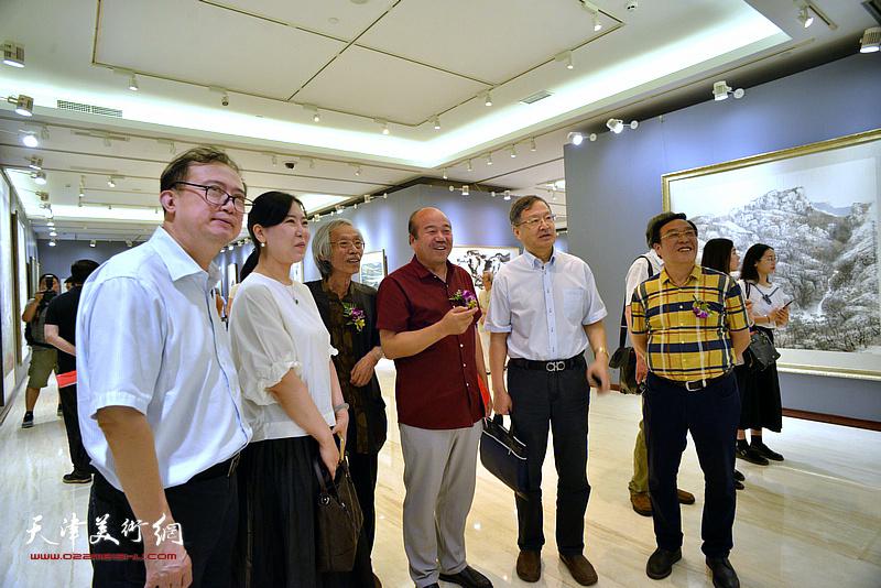 史瑞杰、汤洪、姚景卿、陈钢、孟庆占、任欢在画展现场观看作品。