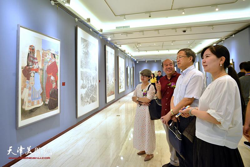 史瑞杰、孟庆占、任欢、武欣在画展现场观看作品。