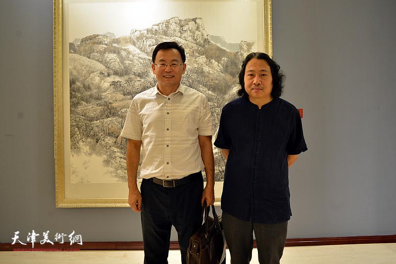 贾广健、张桂元在画展现场。