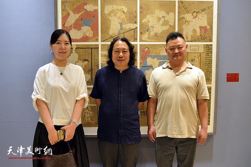 贾广健、白鹏、任欢在画展现场。