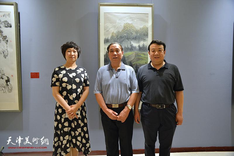 郭凤祥、王卫平、张春燕在画展现场。