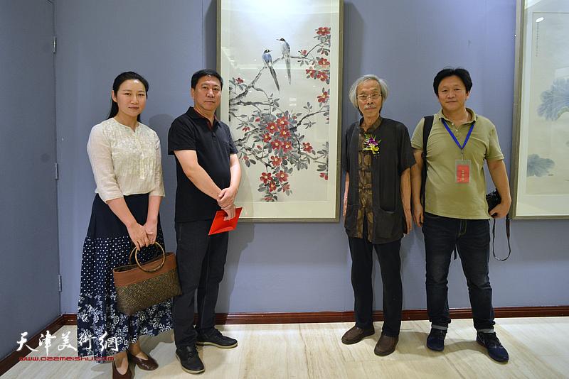姚景卿、姚新、赵红云、耿天平在画展现场。