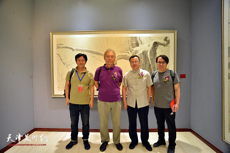 何延喆、张晓彦、耿天平在画展现场。