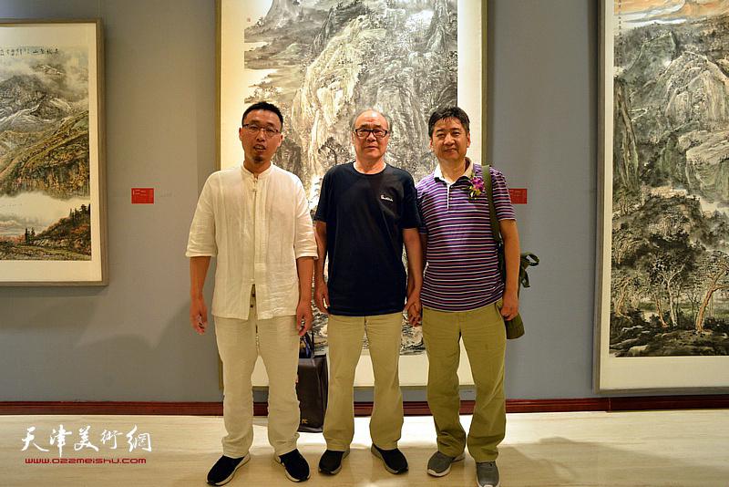 郭书仁、王爱宗、张枕石在画展现场。