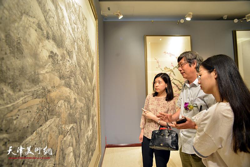 王春涛为青年画家讲解作品。